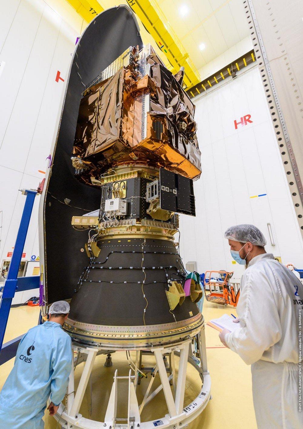 Encapsulation of Pléiades Neo 3 in VEGA's fairing © 2021 ESA-CNES-Arianespace/ Optique video du CSG – G. Barbaste