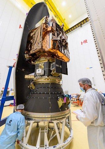Pléiades Neo 3封装在VEGA的整流罩©2021 ESA-CNES-Arianespace/ Optique video du CSG - G. baraste