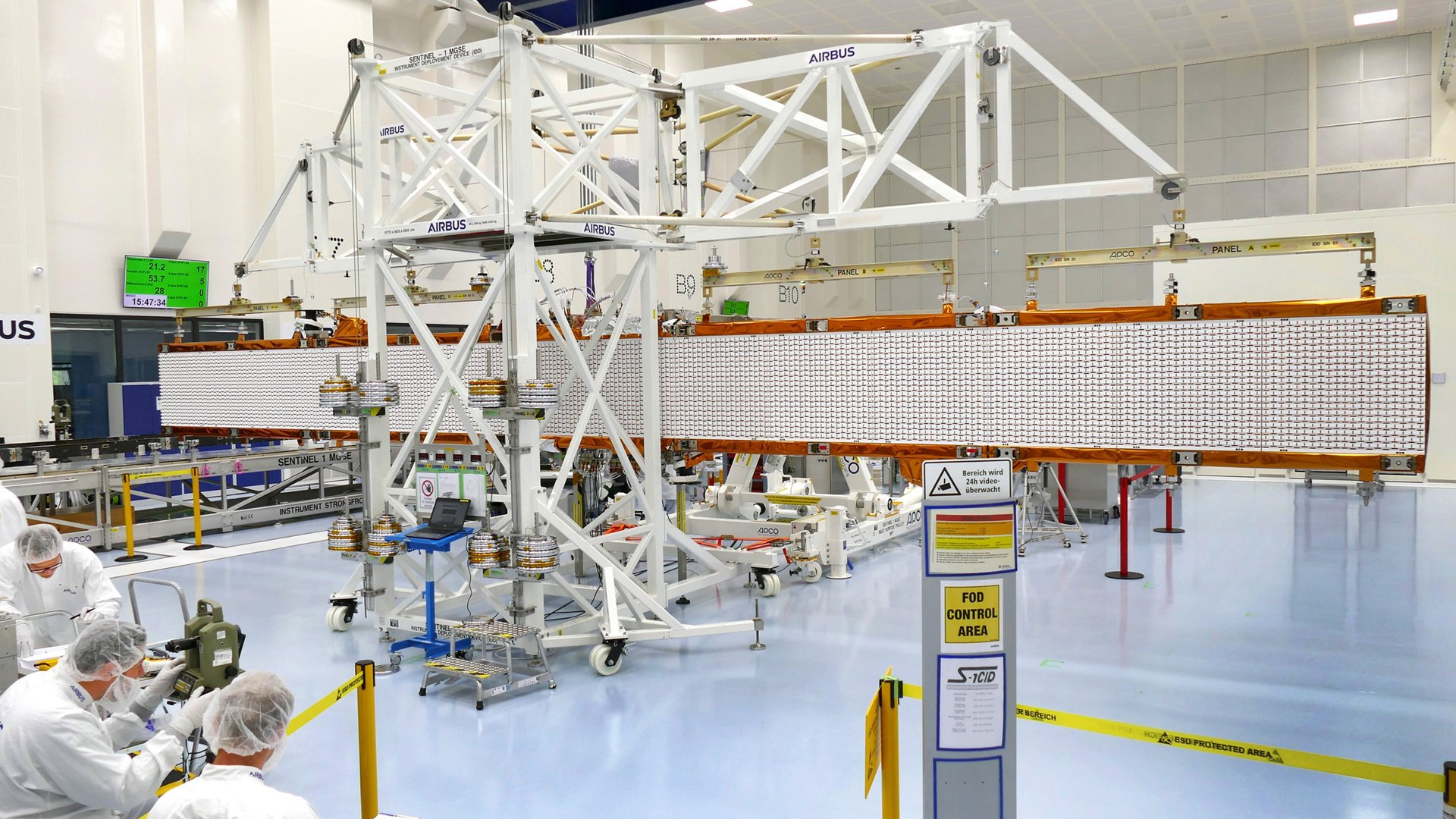 The 12.3 meter antenna is made up of five panels. Four of them are folded sideways onto a support frame during launch and will be deployed in orbit. Airbus (Friedrichshafen, Germany) is responsible for the radar instrument.