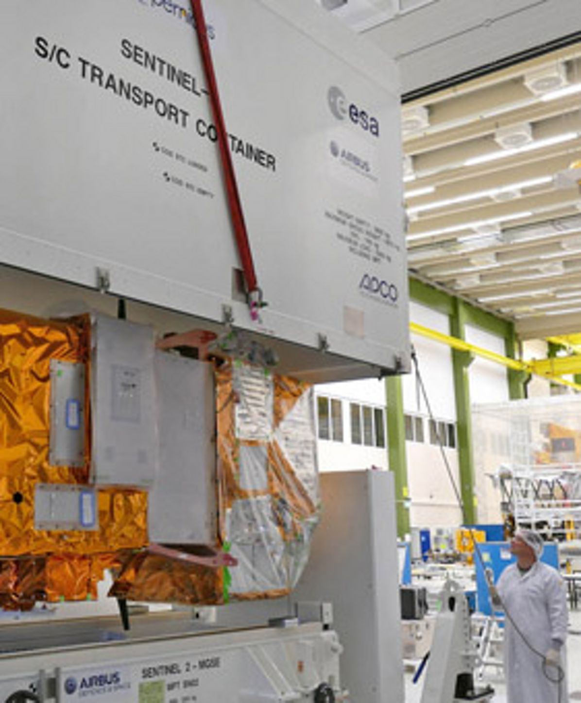 Sentinel-2B- Closing of Container, Sentinel-2B packed for transport