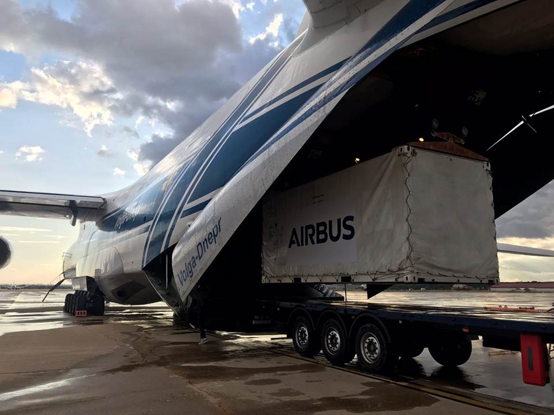 Last night, the Spanish satellite SEOSAT-Ingenio, built by Airbus, was loaded at the Torrejón de Ardóz air base, near Madrid, on board an Antonov 124 cargo plane to fly to the Kourou launch site.