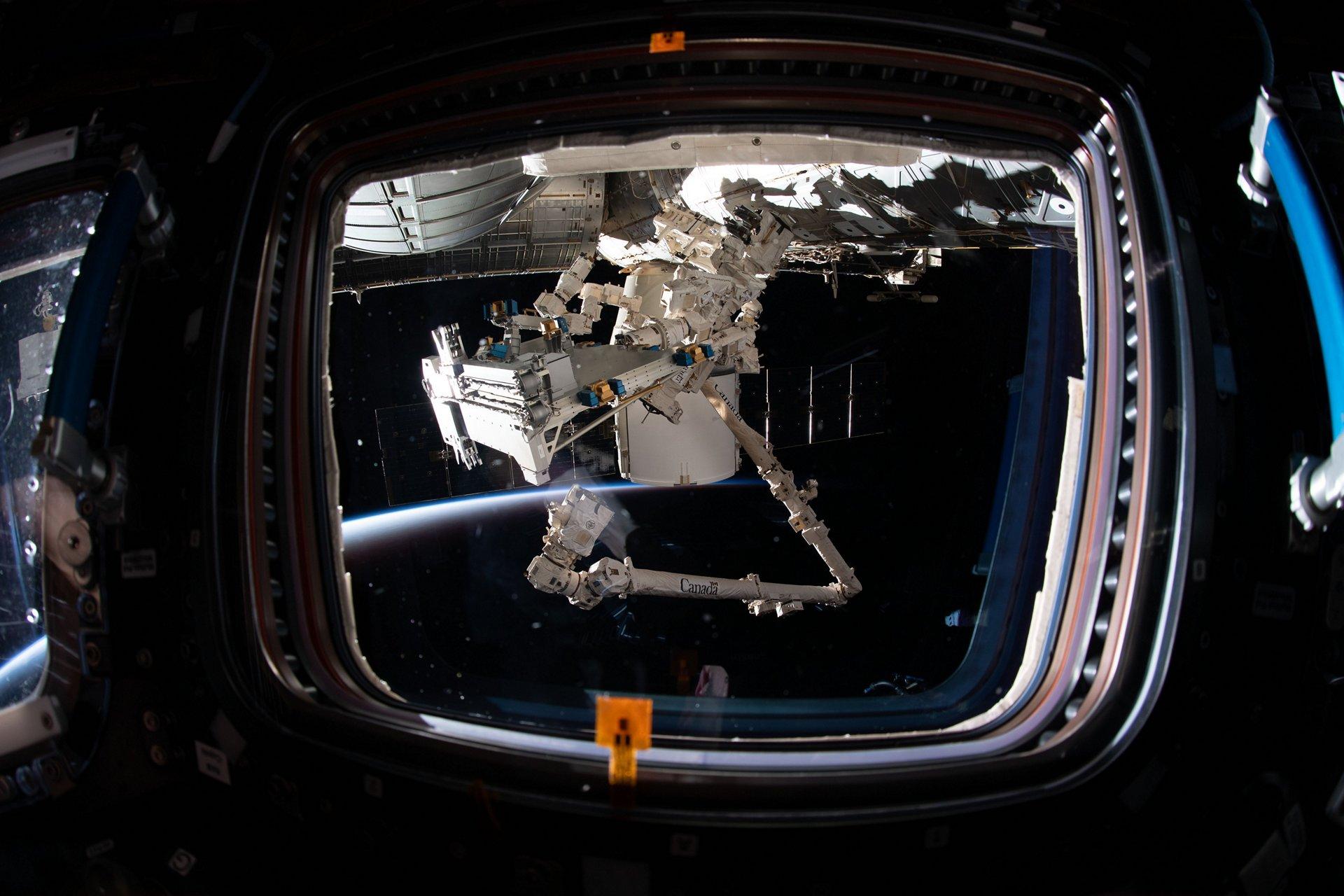 Bartolomeo in the parking position below the Destiny module (©NASA)