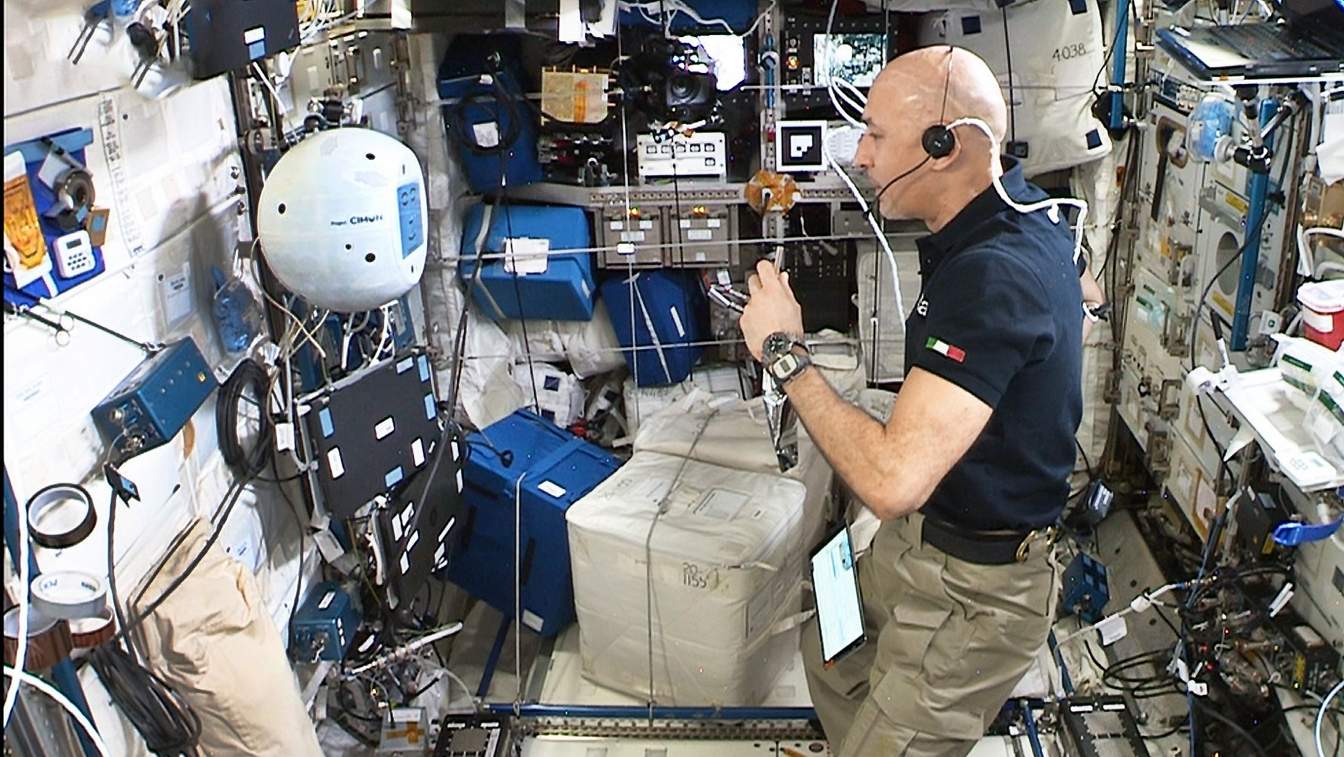 While starting up its new hardware and software, ESA´s Astronaut Luca Parmitano asked CIMON-2 to fly to the Biological Experiment Laboratory (Biolab) inside the Columbus module.
