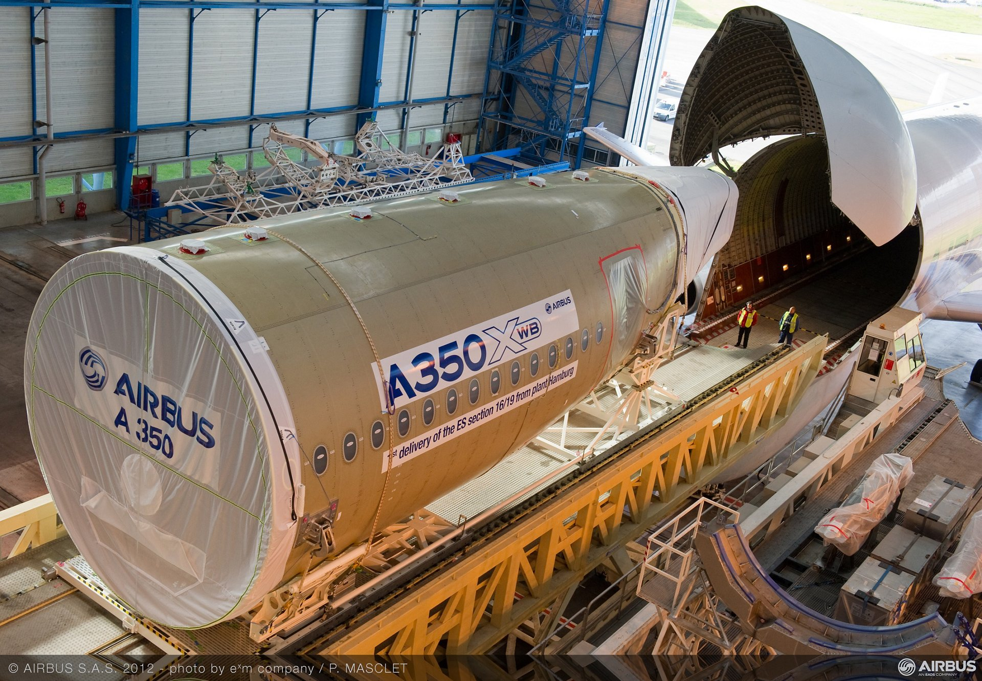 AG真人计划 delivered the A350 XWB static test airframe鈥檚 aft fuselage to the final assembly line in Toulouse, France, for assembly with the front and centre fuselage sections